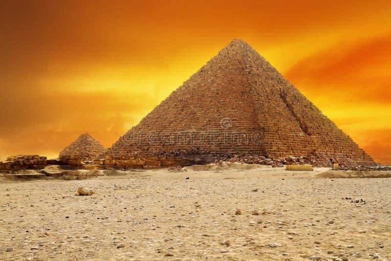Coucher du soleil à la pyramide de Menkaur à Giza photos stock