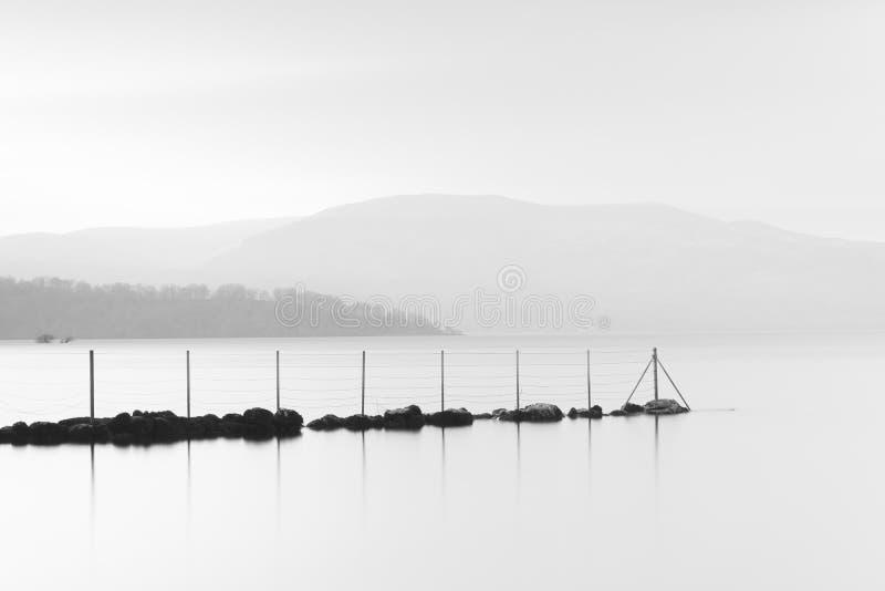 Coucher du soleil à la réflexion scénique de vue paysage paisible calme noir et blanc de graphique de Loch Lomond de beau de la j image stock