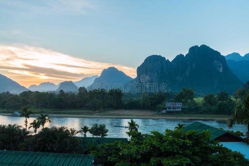 Coucher du soleil à la rivière de chanson, Vang Vieng images libres de droits