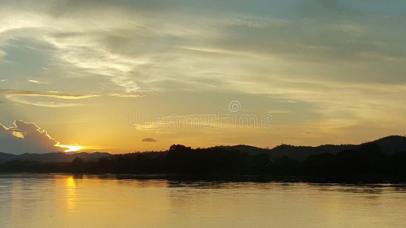 Coucher du soleil à la rivière de Kong Chieng kan Province de Loei image libre de droits