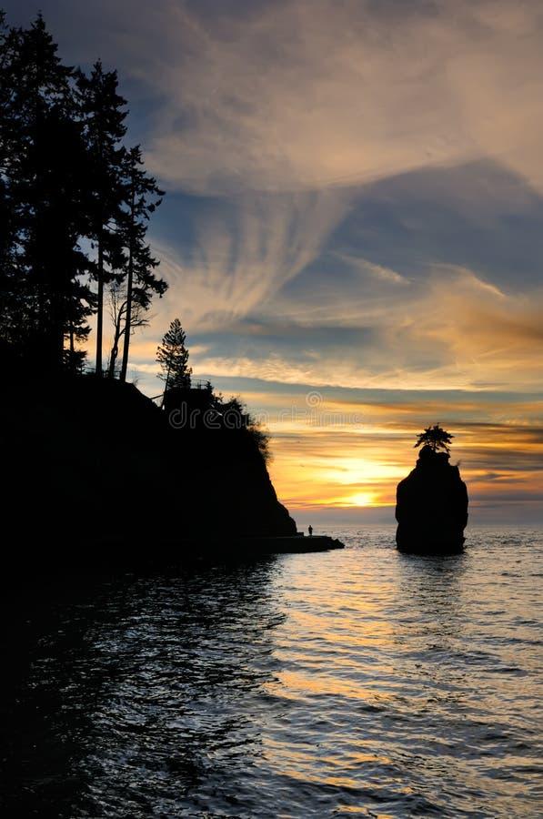 Coucher du soleil à la roche de Siwash images stock