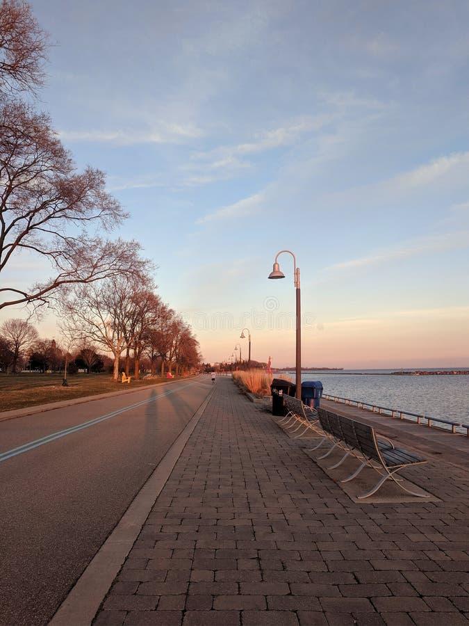 Coucher du soleil à la traînée de bord de mer de Toronto le long du lac Ontario photos libres de droits
