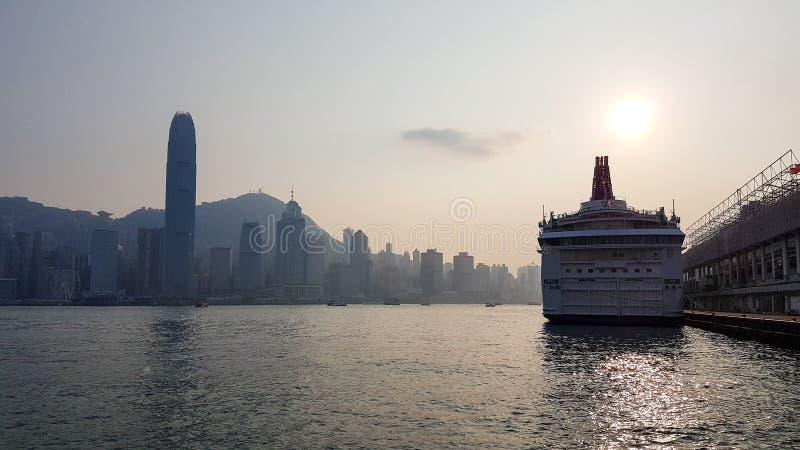 Coucher du soleil à la ville de port photo stock