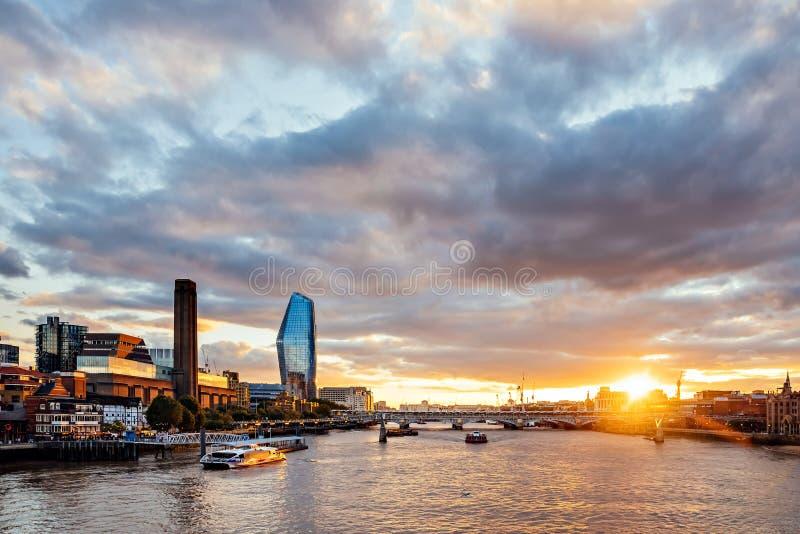 Coucher du soleil à Londres - Tamise photographie stock