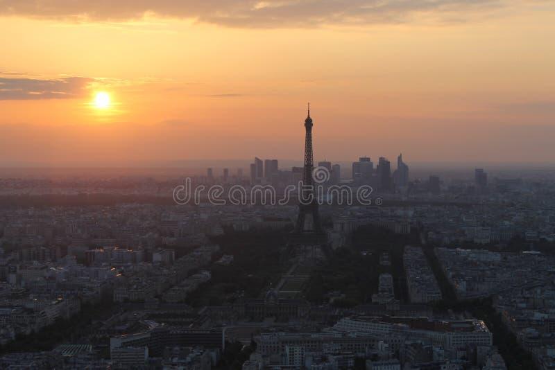 Coucher du soleil à Paris. Vue de Tour Eiffel images stock