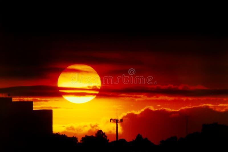 Coucher du soleil au-dessus de la ville photos stock