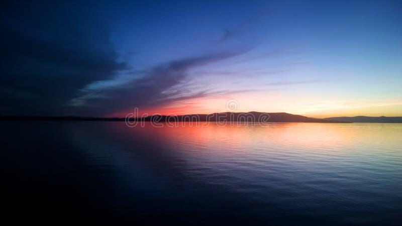 Coucher du soleil à tête plate de lac image libre de droits