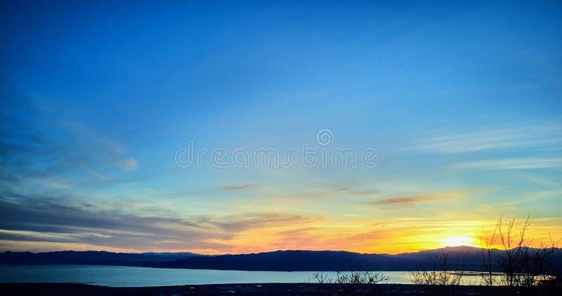Coucher du soleil à travers la vallée et le lac utah images libres de droits
