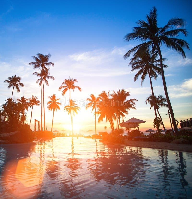 Coucher du soleil à un lieu de villégiature luxueux de plage dans les tropiques Voyage photographie stock libre de droits