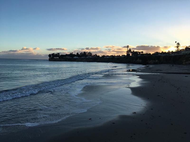 Coucher du soleil à une plage images libres de droits