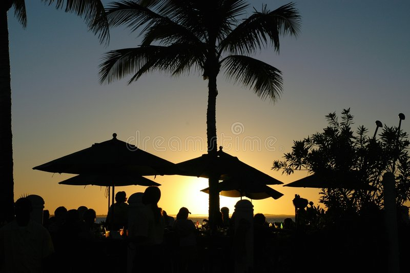 Coucher du soleil à une ressource tropicale photo stock