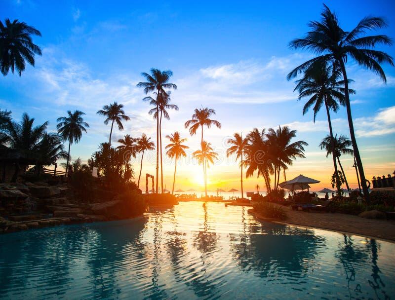 Coucher du soleil à une station balnéaire dans les tropiques image libre de droits