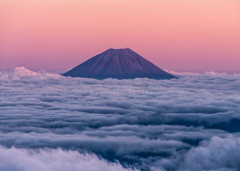Coucher du soleil épique au-dessus du volcan Mt Fuji se levant au-dessus d'un océan des nuages Vu du sommet du Mt Kita image libre de droits