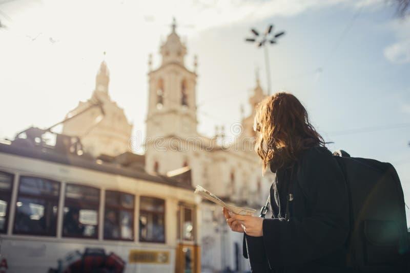 Coucher du soleil étonnant admiratif dans le metropola européen Déplacement en Europe Turist femelle devant la basilique DA Estre photos stock