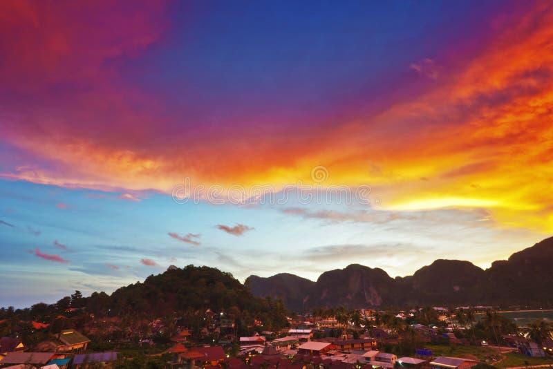 Coucher du soleil étonnant au-dessus d'île photo libre de droits