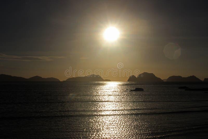Coucher du soleil étonnant au-dessus de la mer philippines photographie stock