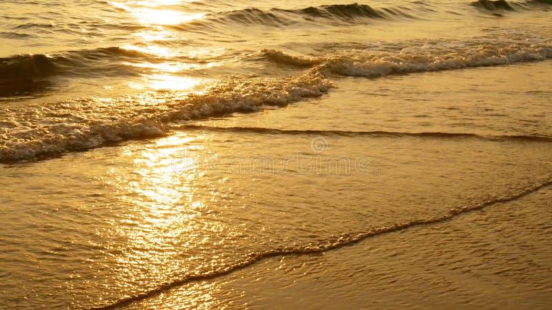 Coucher du soleil étonnant au-dessus de la plage tropicale la plage d'océan ondule sur la plage au temps de coucher du soleil photos stock