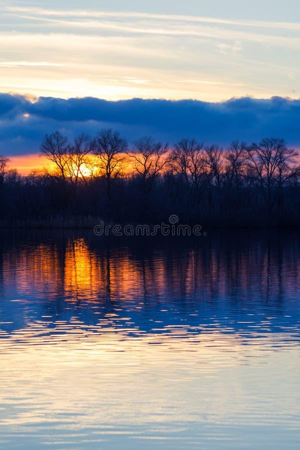 Coucher du soleil étonnant au-dessus de la rivière dans tons pourpres images stock