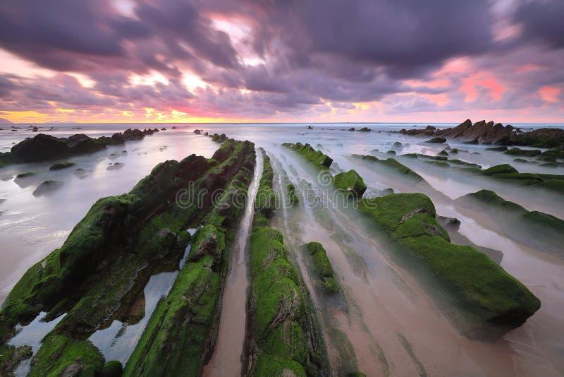 Coucher du soleil étonnant au-dessus de plage Biscay, pays Basque de Barrika scenary du jeu des trônes image libre de droits