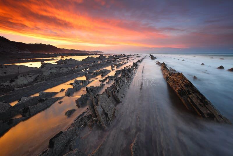 Coucher du soleil étonnant au-dessus de plage Gipuzkoa, pays Basque de Sakoneta images stock