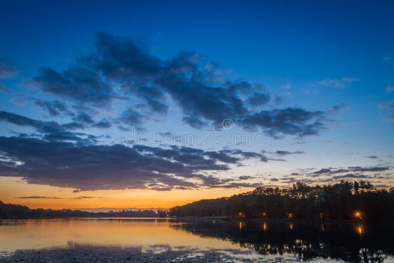 Coucher du soleil étonnant au lac avec le ciel dynamique en été photos libres de droits