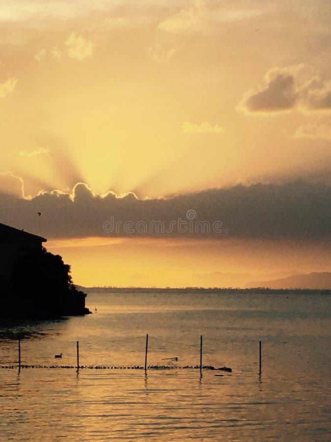 Coucher du soleil étonnant dans l'étang de Bafa en Turquie photos libres de droits