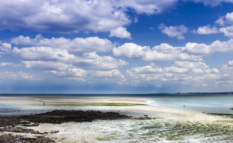 Coucher du soleil étonnant dans la marée basse sur le bord de la mer rocheux sauvage dans St Brieuc Brittany, France photo stock