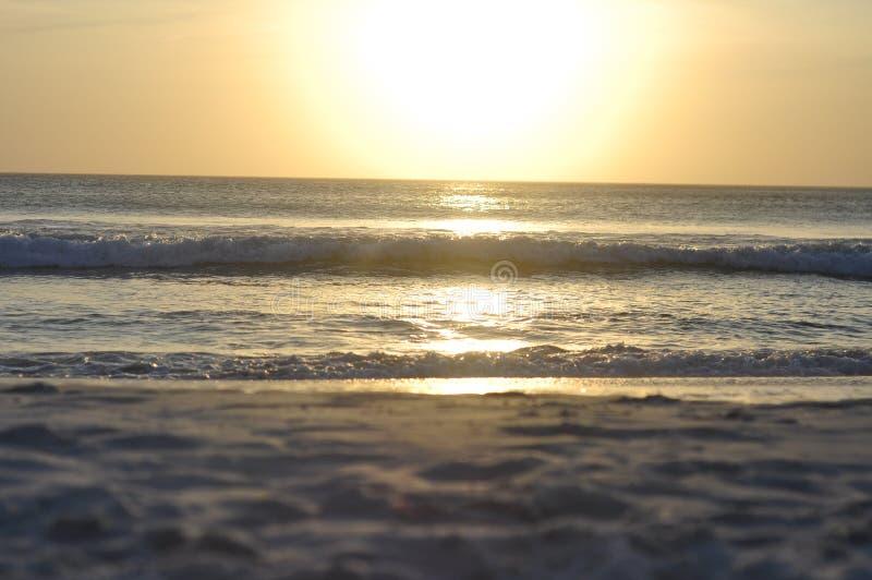 Coucher du soleil étonnant de plage photos stock