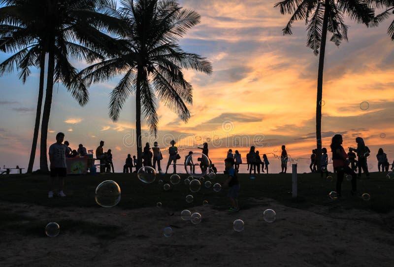Coucher du soleil étonnant en plage de cabane de Cocos dans Miri, Sarawak photo libre de droits