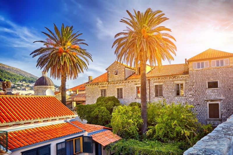 Coucher du soleil étonnant en vieux toits de ville de Dubrovnik et ciel bleu L'Europe, photographie stock libre de droits