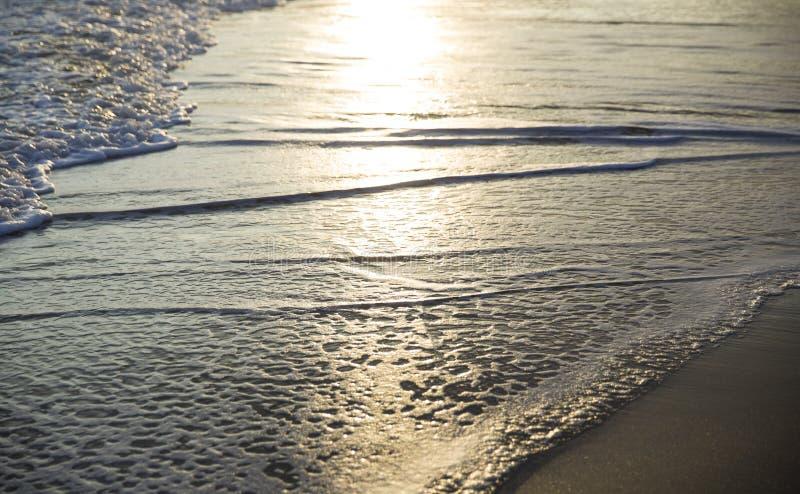 Coucher du soleil étonnant fermé à l'océan image stock