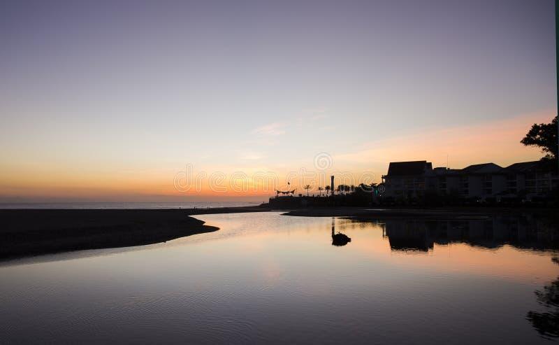 Coucher du soleil étonnant fermé à l'océan photos stock
