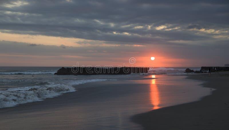 Coucher du soleil étonnant fermé à l'océan photographie stock