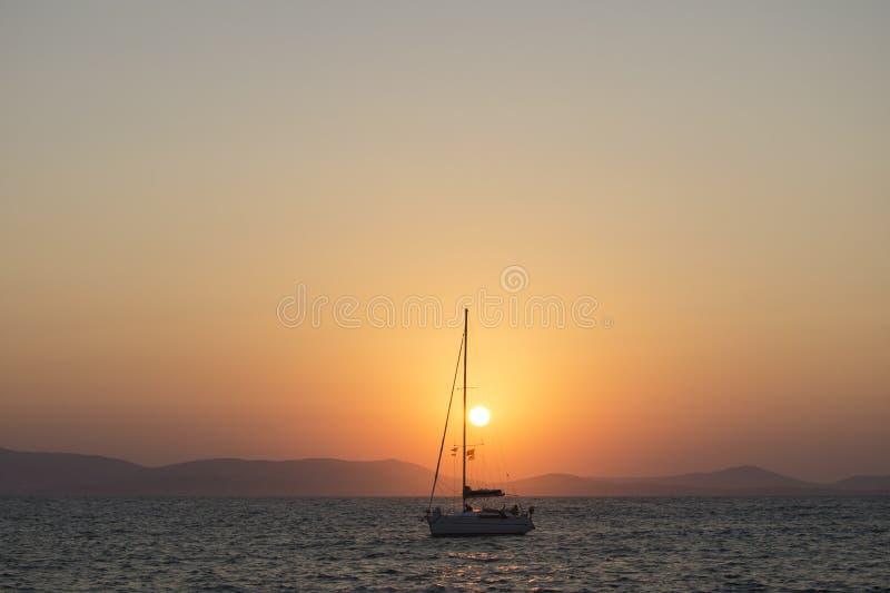 Coucher du soleil étonnant par la mer image libre de droits