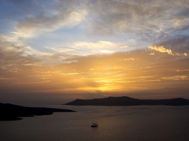 Coucher du soleil étonnant par la mer Coucher du soleil de Santorini photo libre de droits