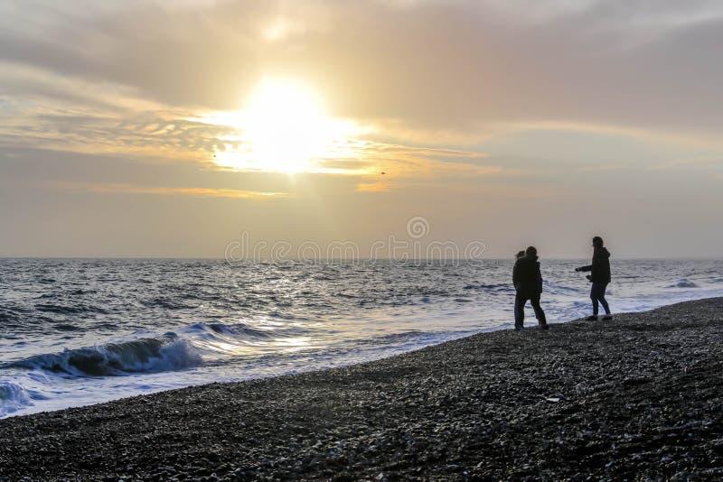 Coucher du soleil étonnant sur le bord de mer la plage de Brighton, à Brighton et Hove photos stock