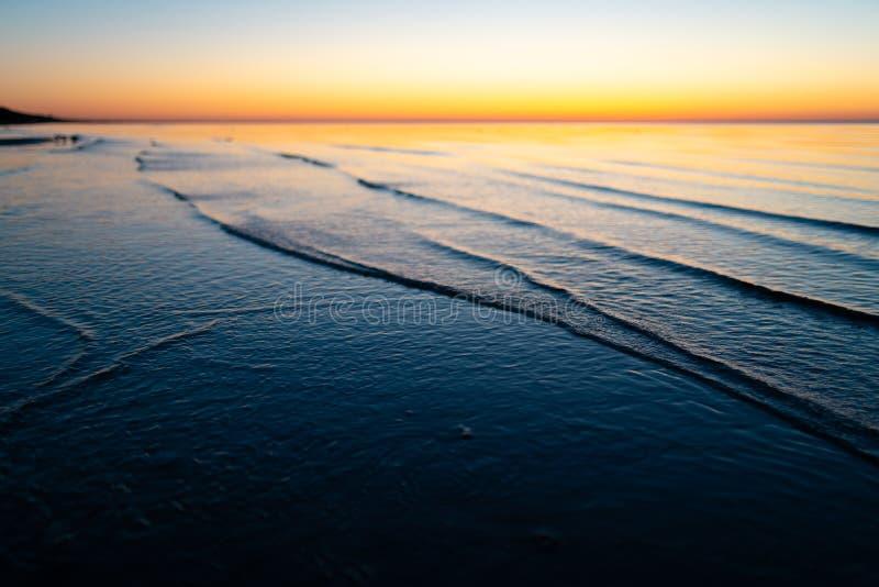 Coucher du soleil étonnant vif dans les pays Baltes - le crépuscule en mer avec l'horizon illumine par le soleil photo stock