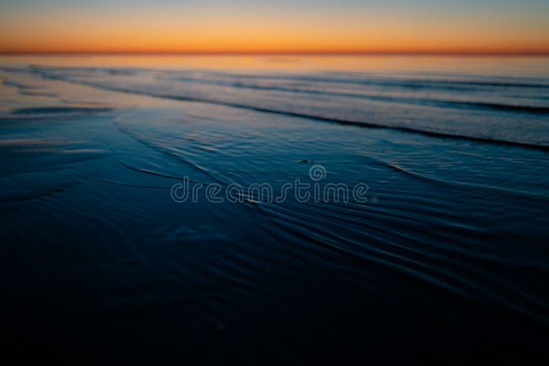 Coucher du soleil étonnant vif dans les pays Baltes - le crépuscule en mer avec l'horizon illumine par le soleil images stock