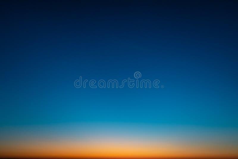 Coucher du soleil étonnant vif dans les pays Baltes - le crépuscule en mer avec l'horizon illumine par le soleil photo libre de droits