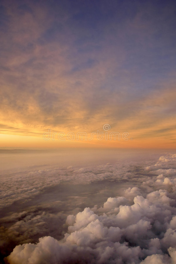 Coucher du soleil aérien et nuages images stock