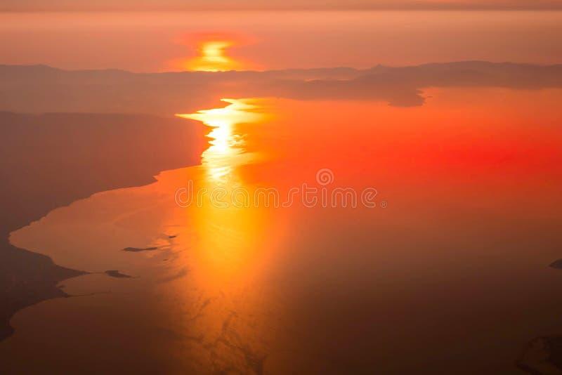 Coucher du soleil aérien, lever de soleil au-dessus de mer, Athènes, Grèce photo libre de droits