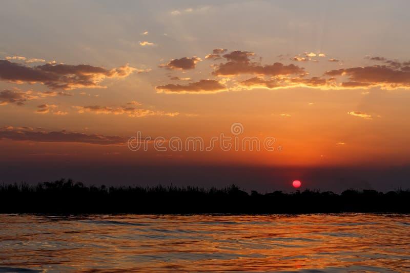 Coucher du soleil africain sur la rivière de Chobe images libres de droits