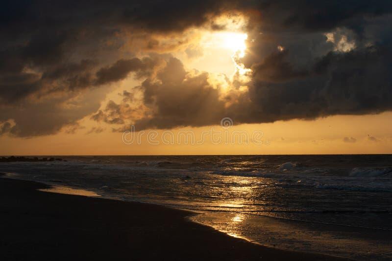 Coucher du soleil ambrin le long de rivage image stock