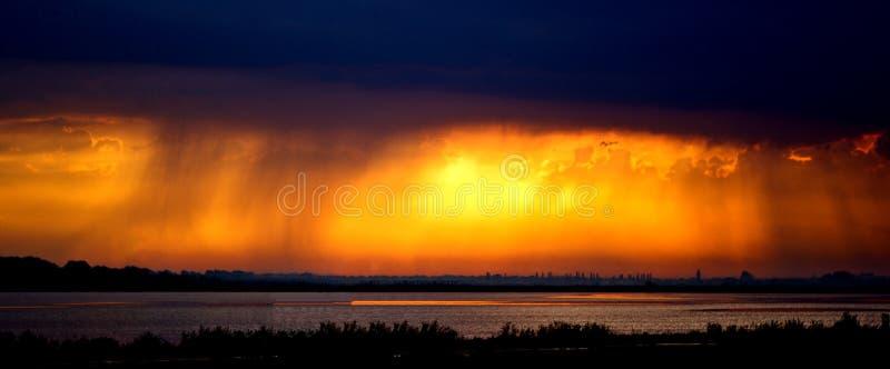 Coucher du soleil après tempête image stock