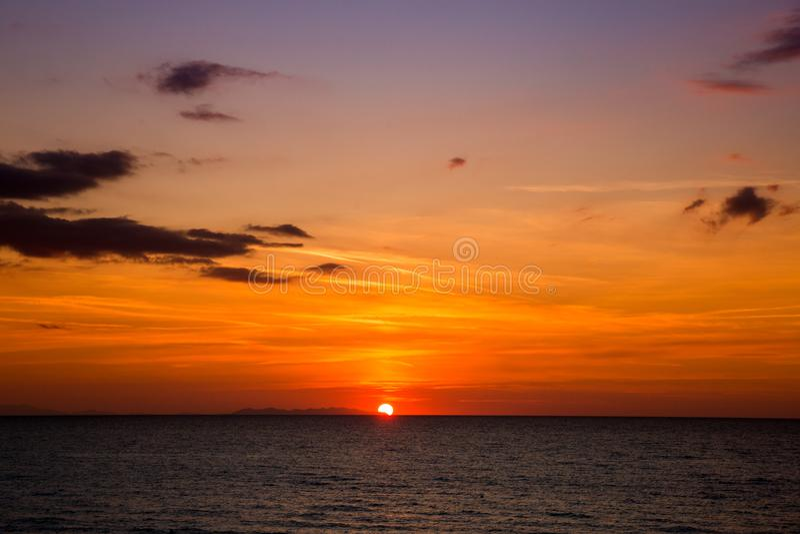Coucher du soleil ardent au-dessus d'île en Mer Adriatique en Italie images stock