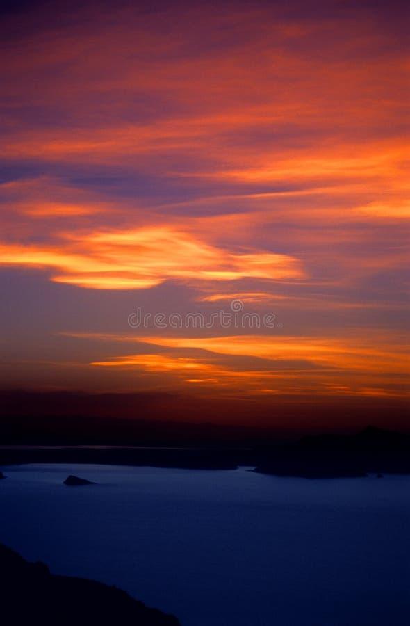 Coucher du soleil ardent au-dessus de lac Titicaca Pérou - 2 photos stock
