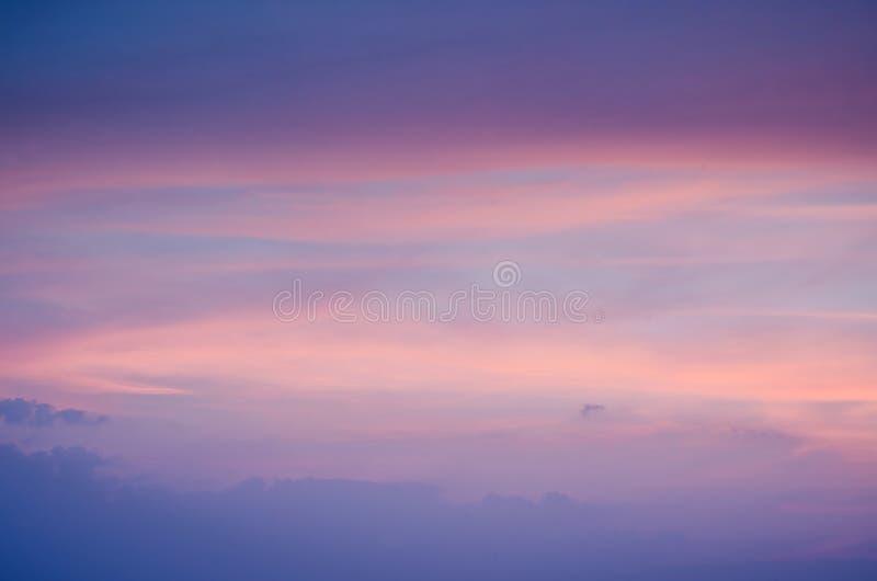 Coucher du soleil ardent/lever de soleil colorés oranges et bleus avec le ciel de nuages, beau ciel photo stock