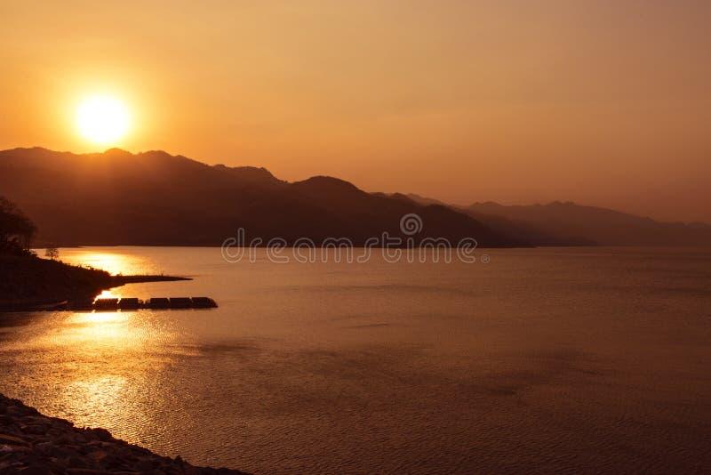 Coucher du soleil au barrage de Srinakarin, photographie stock libre de droits
