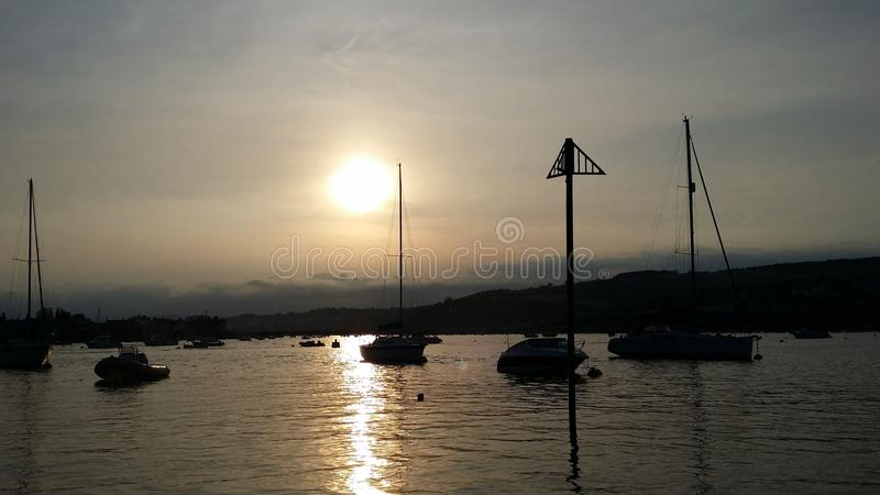 Coucher du soleil au bateau images stock