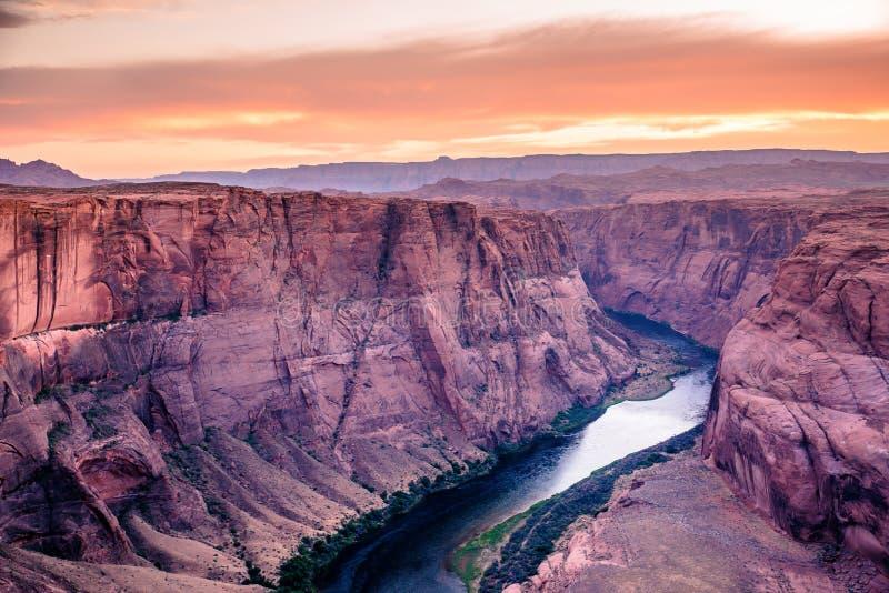 Coucher du soleil au canyon en fer à cheval de courbure - Grand Canyon avec le fleuve Colorado - situé à la page, Arizona - Etats image stock